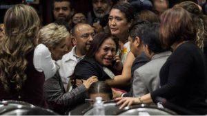 Diputados atienden a su compañera ante tal noticia.