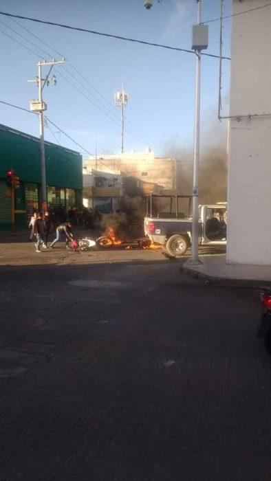 POLICIA DE TEXMELUCAN ATROPELLA Y MATA A MADRE E HIJO, LES PRENDEN LAS PATRULLAS