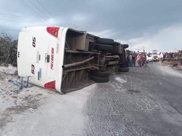 Volcadura de camión de pasajeros en Tepenene