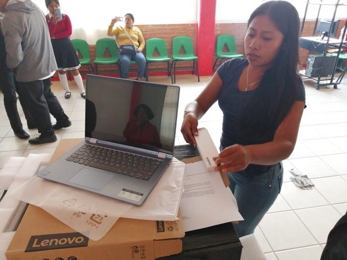 yalitza aparicio dona computadoras al COBAO